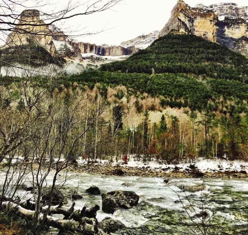 Rivier in bergen tijdens trailrun