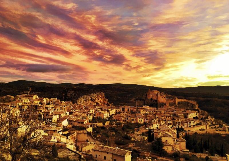 Uitzicht over dorp tijdens trailrun in Pyreneeen